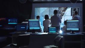 Люди работая в контрольном центре управления полетом стоковая фотография