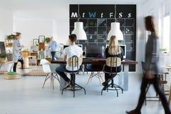 Люди работая в офисе стоковое изображение rf