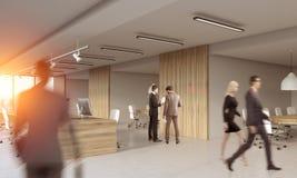 Люди работая в современном деревянном офисе Стоковая Фотография RF
