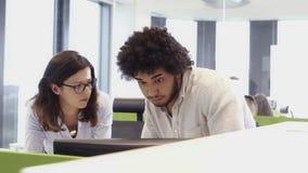 Люди работая занятый офис дизайна с работниками на столах сток-видео