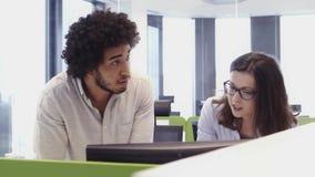 Люди работая занятый офис дизайна с работниками на столах акции видеоматериалы