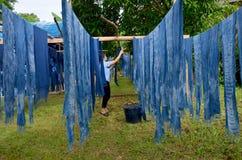 Люди работая индигенный батик знания красят цвет Mauhom Стоковые Изображения