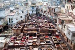 Люди работая крепко в souk дубильни в Fez, Марокко Стоковые Фотографии RF