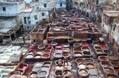 Люди работая крепко в souk дубильни в Fez, Марокко Стоковое Фото