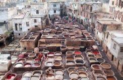 Люди работая крепко в souk дубильни в Fez, Марокко Стоковые Изображения RF