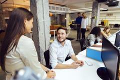 Люди работая на занятом современном офисе Стоковое Фото