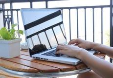 Люди работая на портативном компьютере на балконе Стоковая Фотография