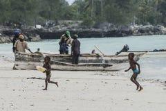 Люди работая на пляже Стоковые Фотографии RF