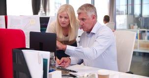 Люди работая на столах в современном открытом офисе плана видеоматериал