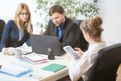 Люди работая совместно в офисе Стоковое Изображение