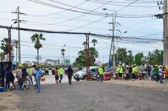 Люди работника ходя по магазинам в малом рынке на строительной площадке Стоковое Изображение