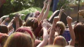 Люди развевая их руки во времени к музыке