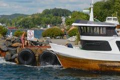 Люди развязывают шлюпке на гавани в Frogn, Норвегии Стоковые Изображения