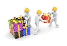 Люди разгржают подарочные коробки Стоковые Фотографии RF