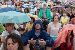 Люди размышляя в парке города Стоковая Фотография
