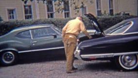 1973: Люди разделяя вверх по щедрот охоты гусыни в тележке больших автомобилей 70's сток-видео
