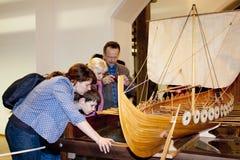 Люди рассматривают корабль Викинга Ноча музеев Рязани Кремля, Россия Стоковое Изображение RF
