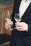 Люди рассматривают цвет вина и попытки как они пахнут в различных стеклах Стоковая Фотография