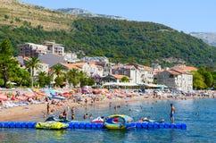Люди расслабляющие на пляже курорта Petrovac, Черногории Стоковое Фото