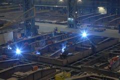 Люди сваривая сталь на верфи Стоковое Изображение