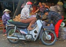 Люди связывают на уличном рынке в оттенке, Вьетнаме Стоковая Фотография