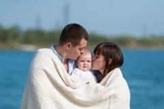 Люди семьи из трех человек имеют остатки outdoors Стоковое фото RF