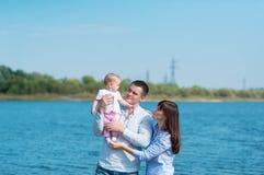 Люди семьи из трех человек имеют остатки outdoors Стоковые Изображения