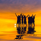 Люди силуэта на заходе солнца Стоковая Фотография RF