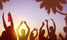 Люди силуэтов празднуя выпивать на концепции пляжа Стоковая Фотография