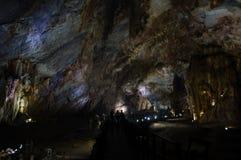 Люди, силуэты внутри пещеры рая, Дуна Hoi, Вьетнама стоковая фотография rf