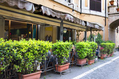 Люди сидят на ресторане таблиц внешнем Стоковые Фото