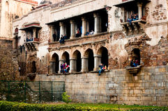 Люди сидя в памятнике khas hauz Стоковые Фото
