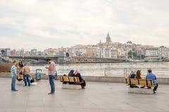 Люди сидя или стоя перед морем Bosphorus Stait внутри Стоковые Фото