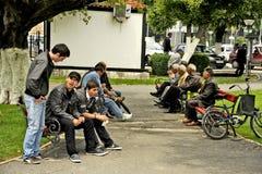 Люди сидя на скамейке в парке в Bitola Стоковое фото RF
