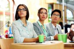 Люди сидя на таблице во время встречи Стоковая Фотография
