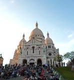 Люди сидя около базилики священного сердца Парижа Стоковые Фотографии RF