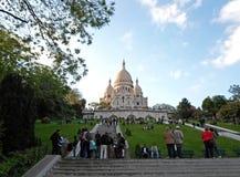 Люди сидя около базилики священного сердца Стоковые Фотографии RF