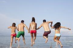 Люди скача в море Стоковое Изображение RF