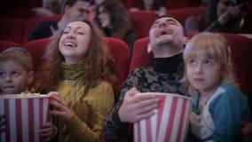 Люди смотря кино в кино сток-видео