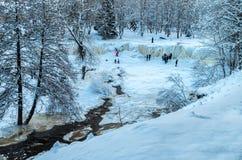 Люди смотря на замороженном водопаде Keila-Joa, Эстонии на холодных wi Стоковая Фотография