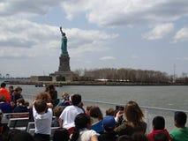 Люди смотря статую свободы Стоковые Изображения