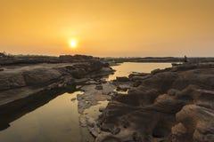 Люди снимают на восходе солнца Стоковое Изображение