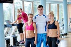 Люди собирают в спортзал фитнеса Стоковое Изображение