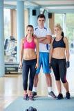 Люди собирают в спортзал фитнеса Стоковые Изображения RF