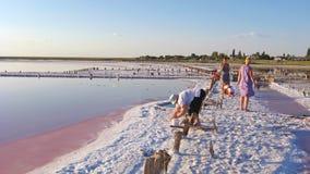 Люди собирают соль в солёном море Siwash Стоковое Изображение RF