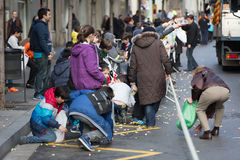 Люди собирая карамельки от асфальта Стоковые Изображения RF