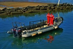 Люди спасения моря на резине тусклой Стоковые Изображения