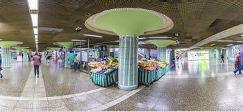 Люди спешат в станции метро Hauptwache для достижения метро стоковые фото