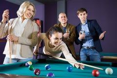 Люди среднего класса играя игру бассейна в клубе биллиарда стоковое фото rf