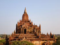 Люди стоя на верхней части виска Htilominlo в Bagan, Мьянме Стоковые Изображения RF